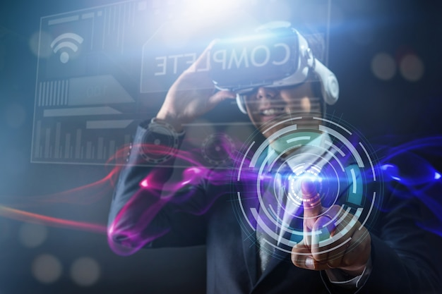 Technologie en digitaal bedrijfsinnovatieconcept, zakenman die glazen virtuele werkelijkheidsbeschermende brillen dragen
