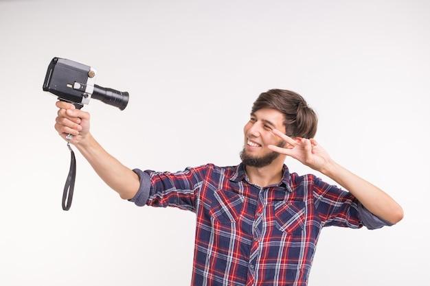 Technologie, fotografie en mensen concept - grappige man in geruite overhemd een selfie nemen op witte achtergrond