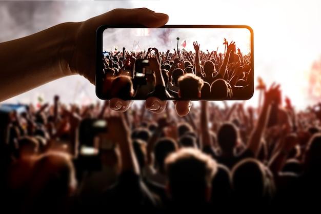 Technologie gebruiken op het evenement. mobiele telefoon in de hand.