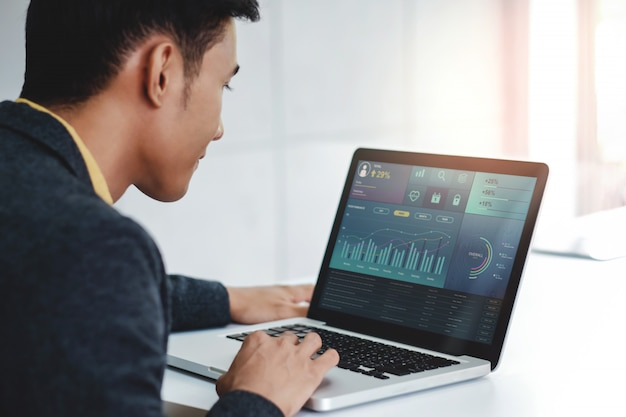 Technologie in financiën en bedrijfsmarketing concept. grafieken en diagrammen worden op het computerscherm weergegeven