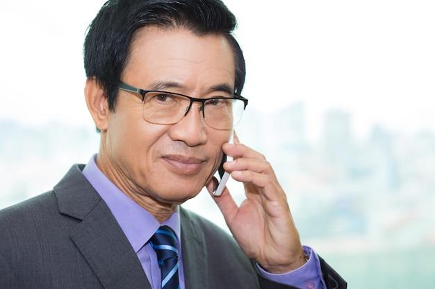 Technologie kraag asian gesprek doordachte