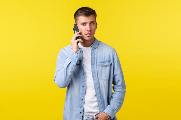 Technologie levensstijl en reclame concept drukke serieus ogende man in vrijetijdskleding met impo ...