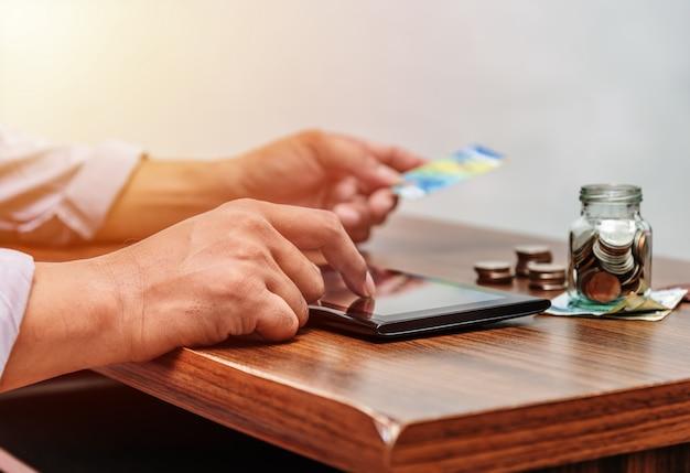 Technologie netwerk en online bankieren en internetbankieren en netwerken mensen concept