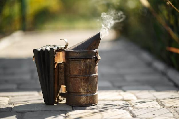Technologie van begassing van bijen. bedwelmende rook voor veilige honingproductie.