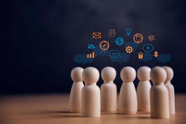 Technologieconcept delen. groep slimme mensen die praten en samen een big data uitwisselen. cadeau door houten poppetjes