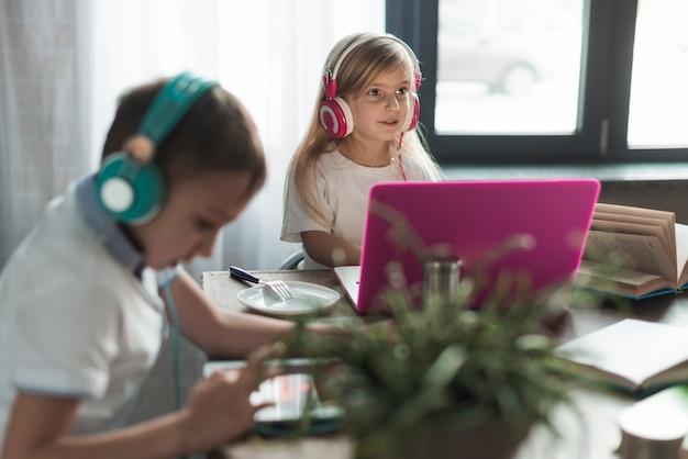 Technologieconcept met kinderen thuis