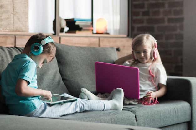 Technologieconcept met twee jonge geitjes op laag