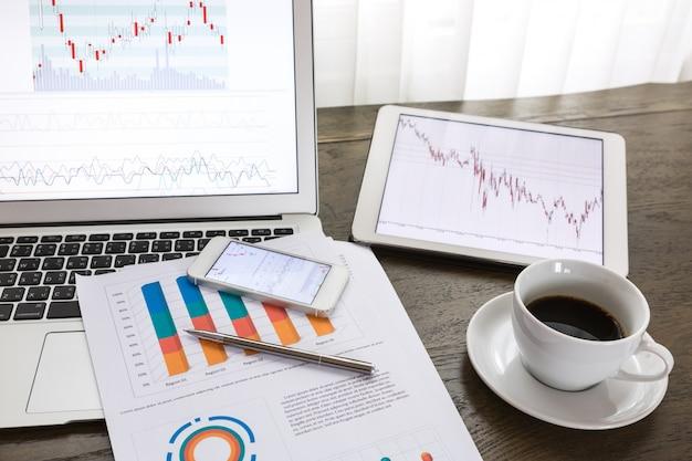 Technologische apparaten met financiële verslagen