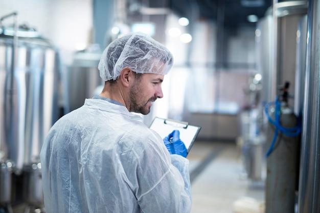 Technoloog die de productie in de fabriek controleert