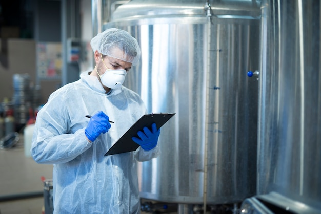 Technoloog-expert die de productie controleert in een farmaceutische of voedselverwerkende fabriek