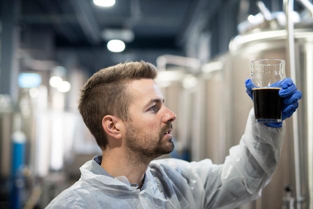 Technoloog in brouwerij die bierkwaliteit controleert