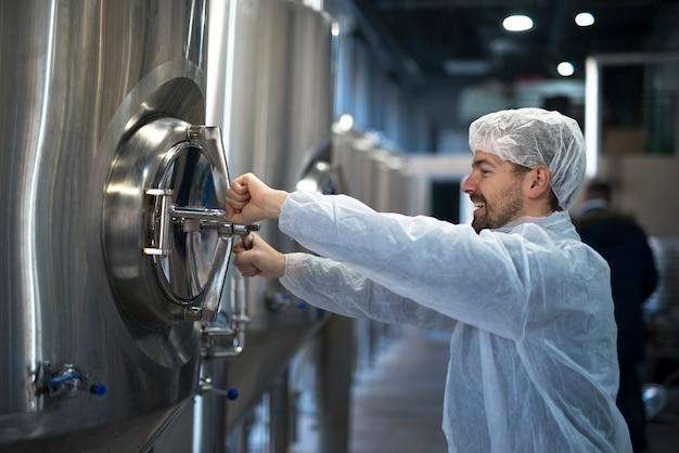 Technoloog werkzaam in de voedselverwerkende fabriek die de kwaliteit en productie controleert