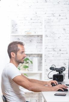 Tecnicien video-editor met filmcamera