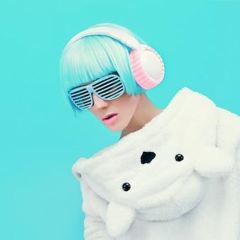 Teddy bear girl dj op een blauwe muur. gekke feestclub dansstijl