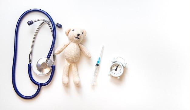Teddy beer stethoscoop en spuit isoleren op een witte achtergrond. selectieve aandacht.