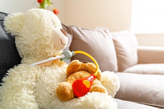 Teddybeer arts met geneeskundespeelgoed. pediatrisch concept