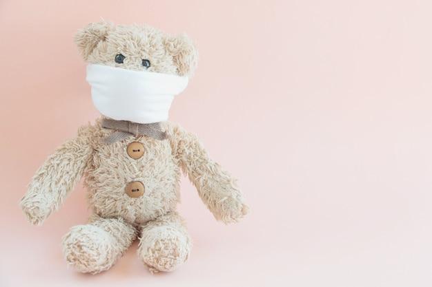 Teddybeer draagt een hygiënisch masker om te beschermen tegen coronavirus en griepuitbraak