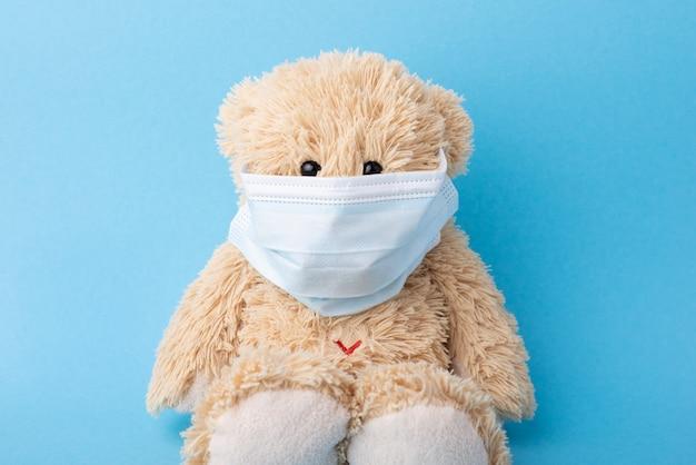 Teddybeer in beschermend gezichtsmasker
