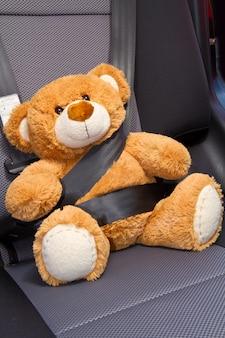 Teddybeer in een auto