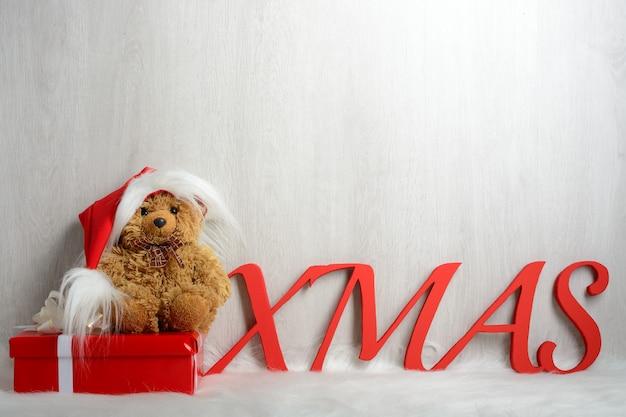 Teddybeer in kerstmuts met geschenken