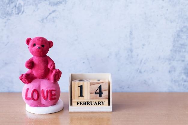 Teddybeer met houten kalender 14 februari. valentijnsdag