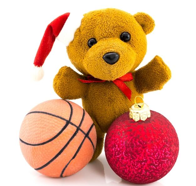 Teddybeer met rode kerstballen en basketbalbal / kerstmis / teddy