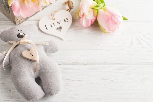 Teddybeer met roze tulpen