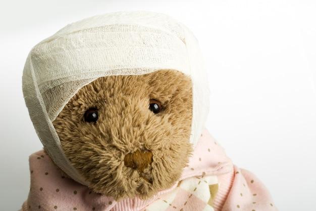 Teddybeer met verband op het hoofd