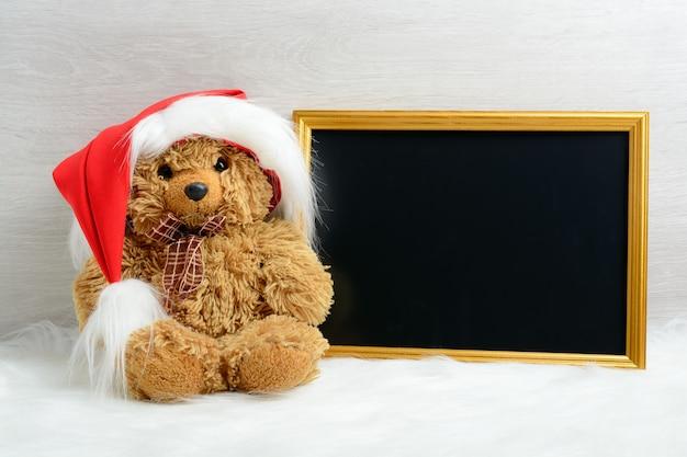 Teddybeer naast de afbeelding in de lijst