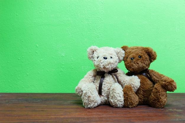 Teddybeer op oud hout vooraan groene achtergrond