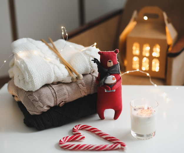 Teddybeerkaarsen gebreide truien lolly's en kerstversieringen cosy home hygge style