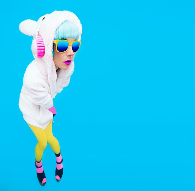 Teddybeermeisje op een blauwe achtergrond crazy dj en club winterfeest