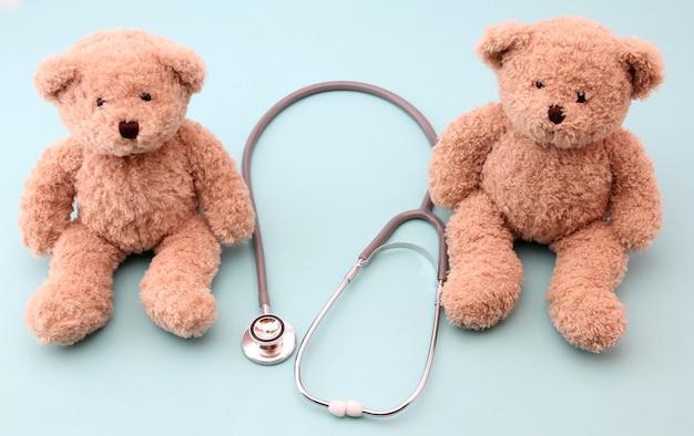 Teddyberen en medische apparatuur op blauw