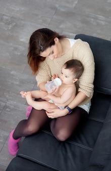 Teder beeld van een moedervoet die haar baby voedt