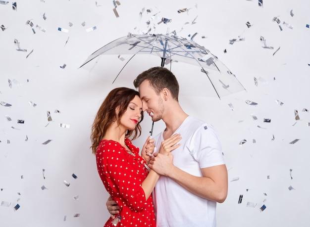 Teder romantisch mooi kaukasisch paar gelukkig samen