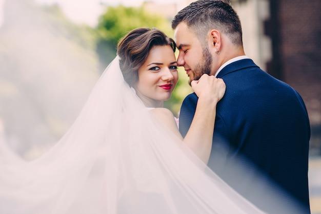 Tedere aanrakingen van sensuele bruidspaar poseren