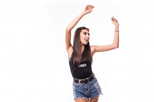Tedere brunette met lang glanzend haar is geïsoleerd dansen