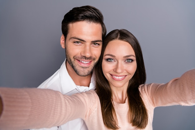 Tedere charmante vrolijke verliefde paar nemen selfie