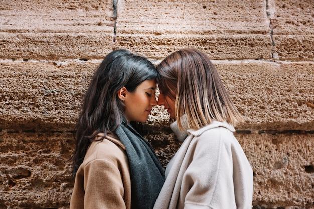 Tedere houdende van vrouwen die op straat strelen