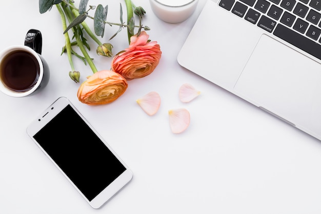 Tedere samenstelling van koffie met gadgets en bloemen