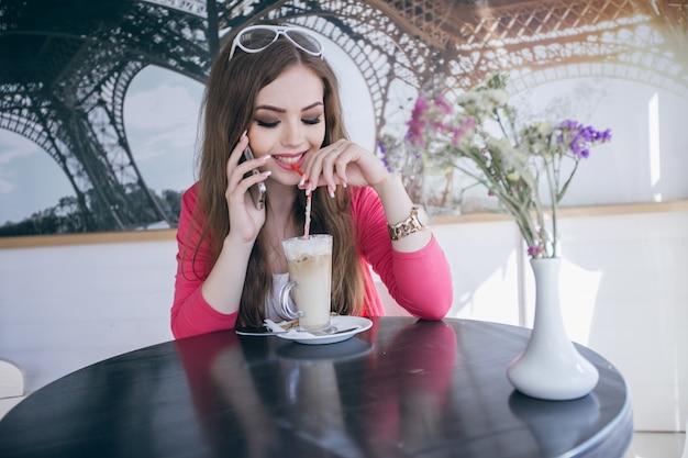 Teenage meisje lachend en praten over de telefoon