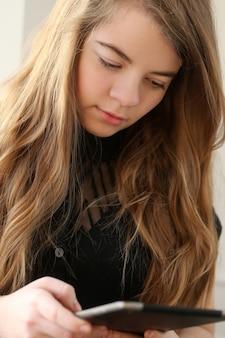 Teenage met behulp van een tablet