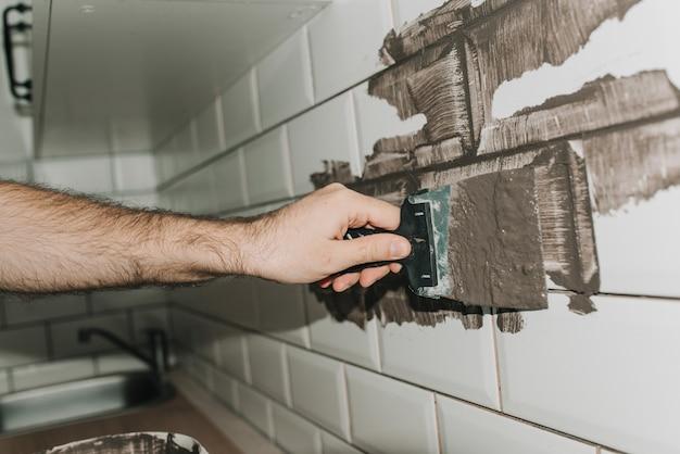 Tegels voegen in de keuken. reparatie. tegel varken