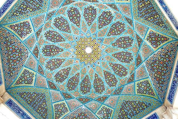 Tegelwerk aan het plafond van het paviljoen tomb of hafez.