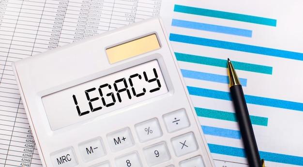Tegen de achtergrond van rapporten en blauwe grafieken, een pen en een witte rekenmachine met een test op het legacy-scherm. bedrijfsconcept
