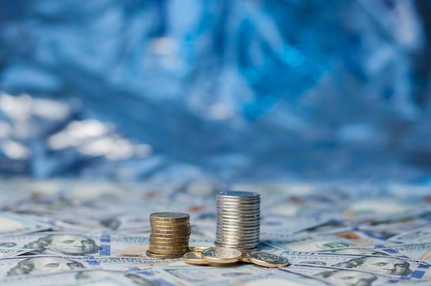Tegen de achtergrond van verspreide bankbiljetten gestapelde munten.