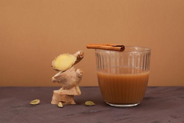 Teh halia - gemberthee in de keukens van brunei, maleisië en singapore. het wordt gebrouwen van sterk gezoete zwarte thee met melk of gecondenseerde melk.