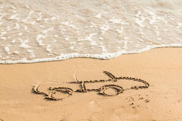 Teken auto op strandzand. conceptueel ontwerp. beeld van auto op het zand autotekening in het zand dichtbij overzees. ruimte voor tekst
