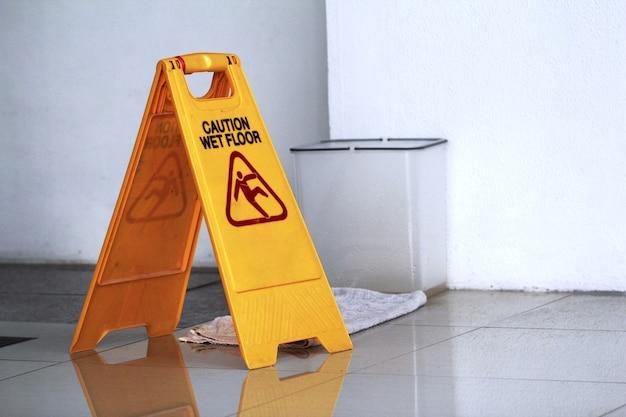 Teken dat waarschuwing van voorzichtigheids natte vloer toont. beneteteken.