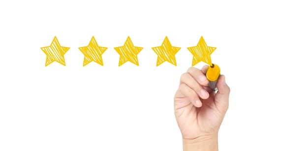 Teken een vijfsterrenbeoordeling met de hand. evaluatie- en herzieningsconcepten